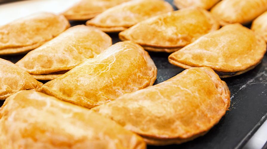mezzelune-di-brise-aromatizzata-con-mozzarella-e-salsiccia