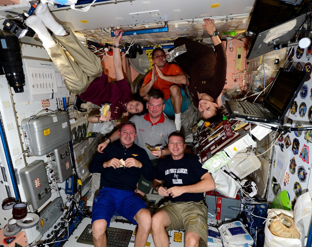equipaggio spaziale a tavola