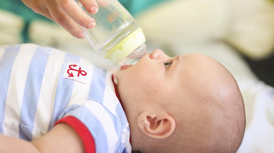 Neonato beve acqua