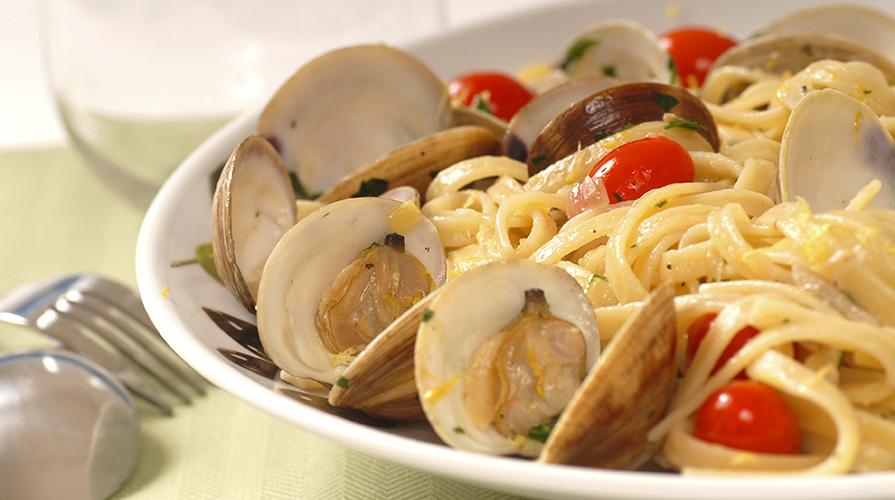 spaghetti-alle-vongole-pomodori-secchi-e-pangrattato-e-salsa-ai-cannellini