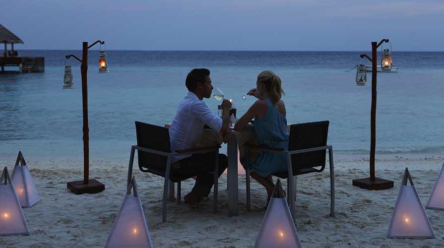 cena di pesce in riva al mare