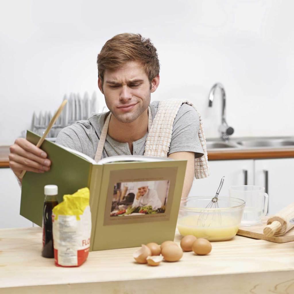 uomo imbranato in cucina