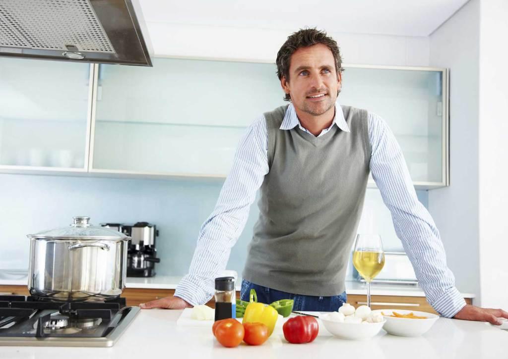 uomo in cucina