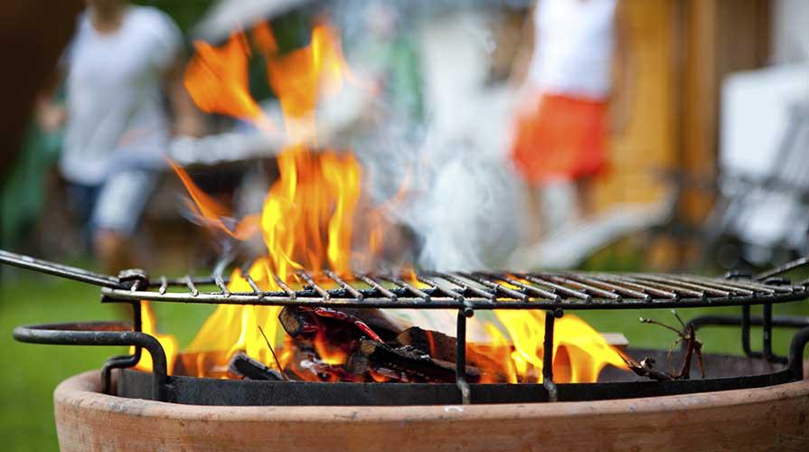Preparazione della brace per una grigliata
