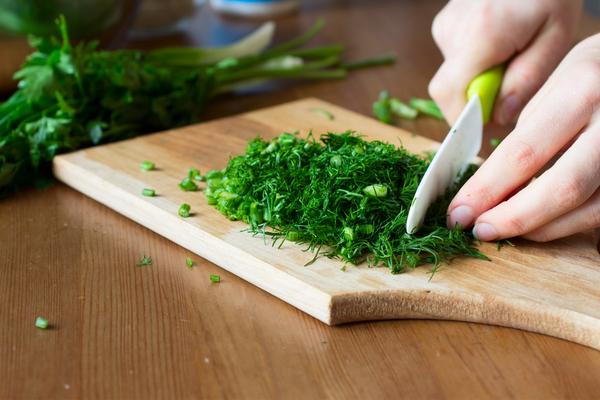 tagliare le erbe aromatiche