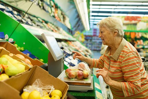 Anziana al supermercato