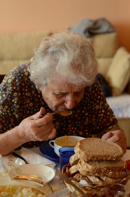 Anziana a tavola
