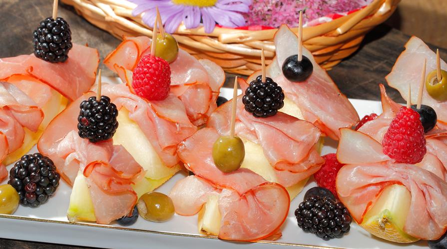 Macedonia di melone bianco, prosciutto e lamponi