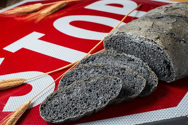 Pane al carbone vegetale fa male