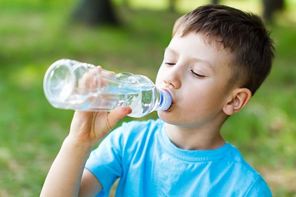 Montagna idratazione bambini