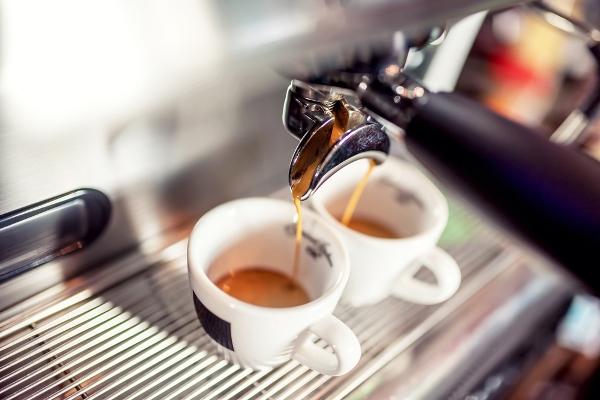 bere-poco-caffè-in-estate
