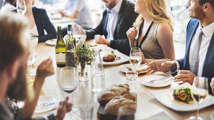 Galateo come mangiare correttamente a tavola - Regole del galateo a tavola ...