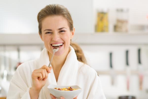 Colazione con yogurt e frutta secca