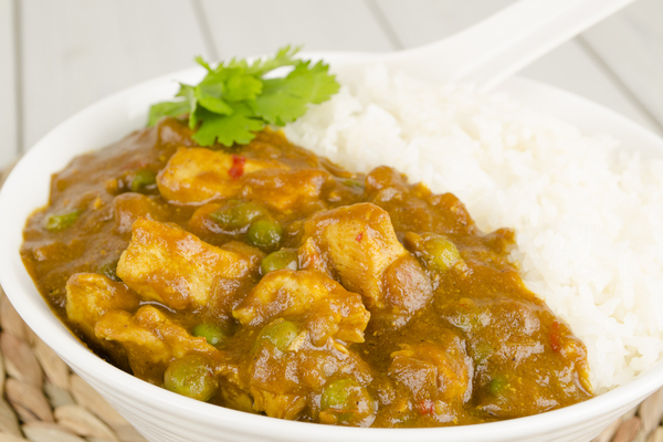 pollo al curry con piselli