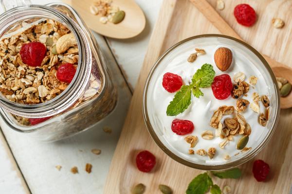yogurt bianco e frutta secca