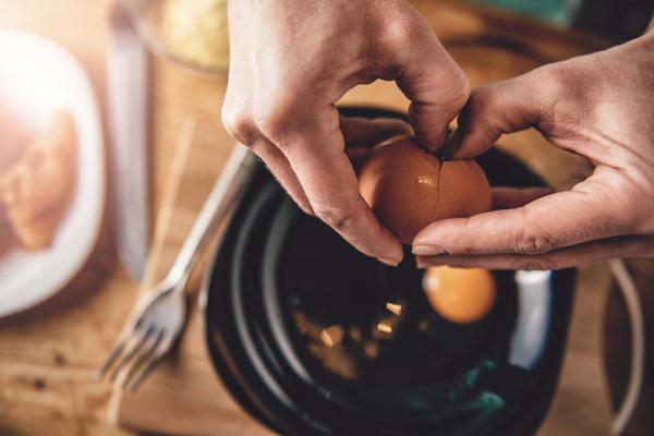 Rompere le uova