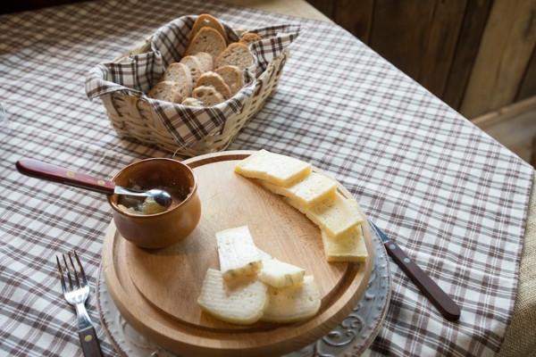cucina bianca formaggi