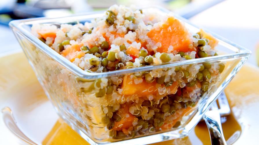 insalata di quinoa con verdure e frutta