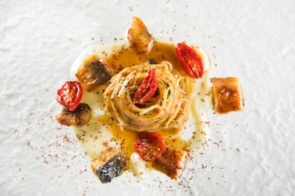 capellini aglio olio peperoncino e anguilla affumicata