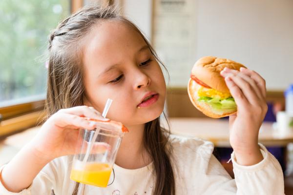 bambina cibo sano hamburger