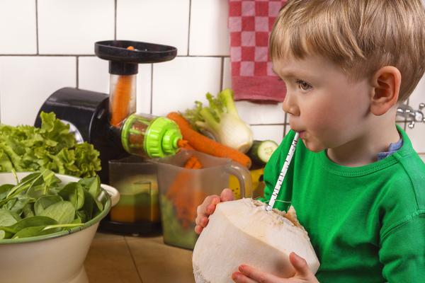 bambino acqua di cocco