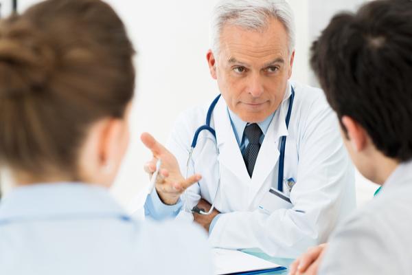 medico che spiega