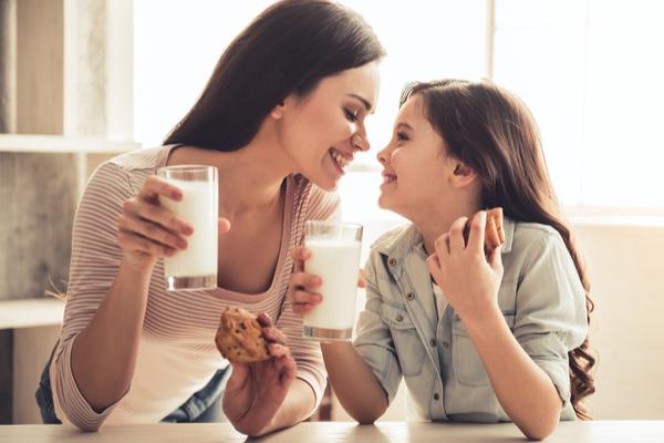 famiglia beve latte
