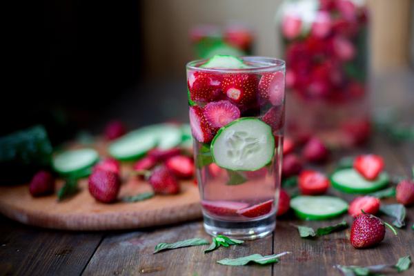 acqua detox fragola e cetriolo