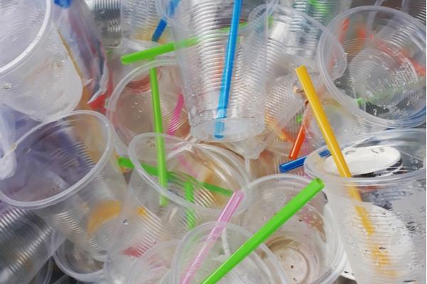 bicchieri e cannucce plastica
