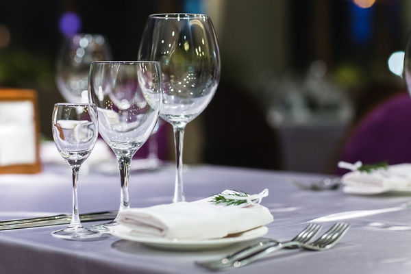 disporre i bicchieri a tavola