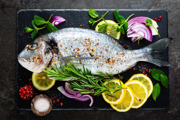erbe aromatiche e pesce