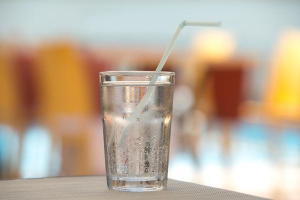 acqua frizzante danneggia i denti