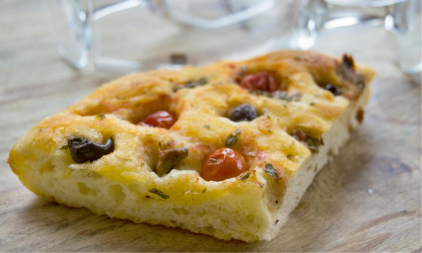 focaccia pomodori e olive con licoli