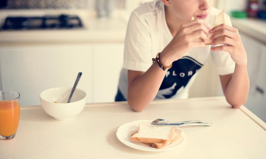 gli adolescenti mangiano da soli