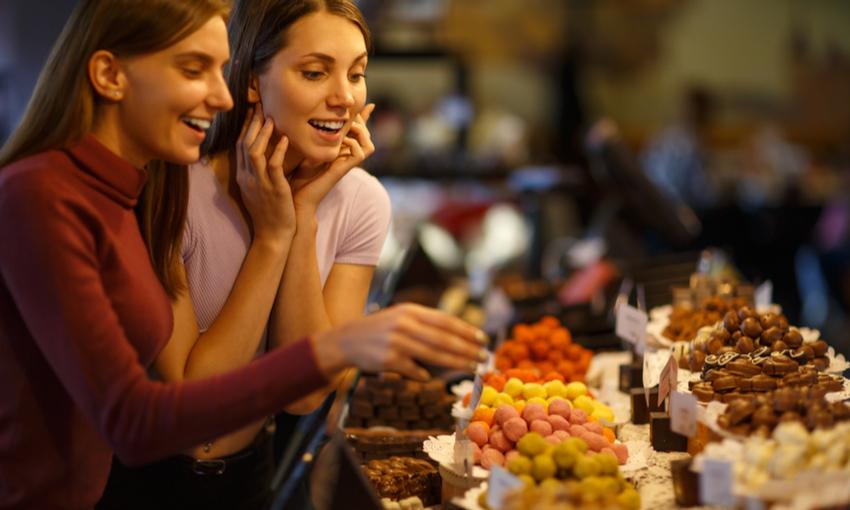 due ragazze allo stand del cioccolato