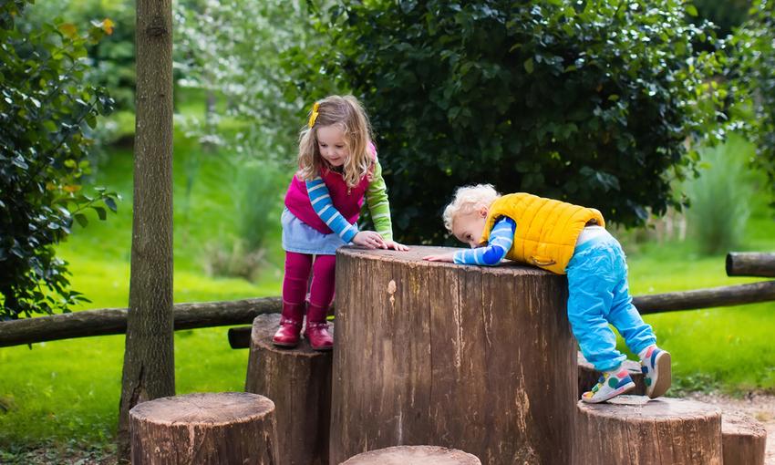bambini che giocano tra gli alberi