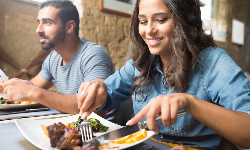 persone che pranzano al ristorante