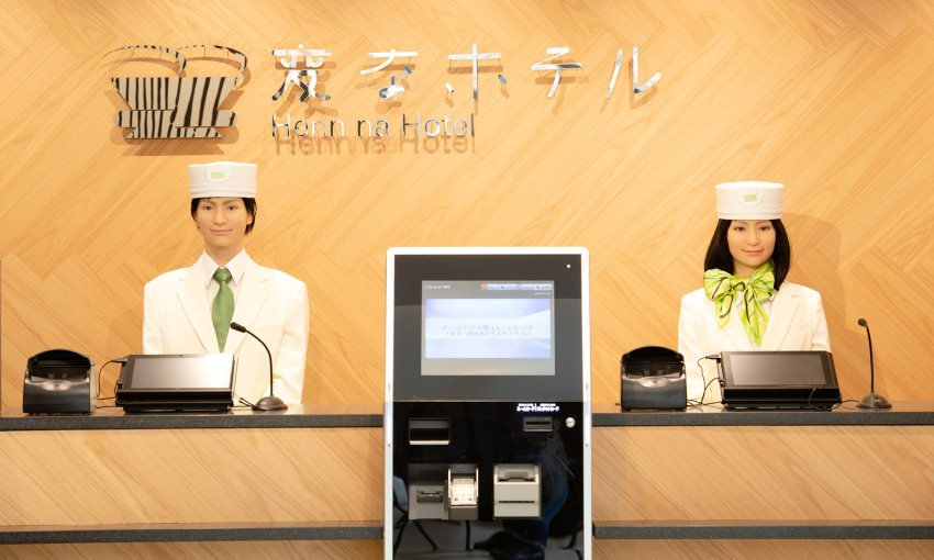 reception dell'hotel Henn-na in Giappone