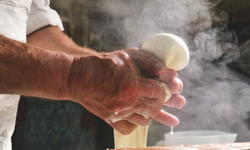 lavorazione artigianale mozzarella