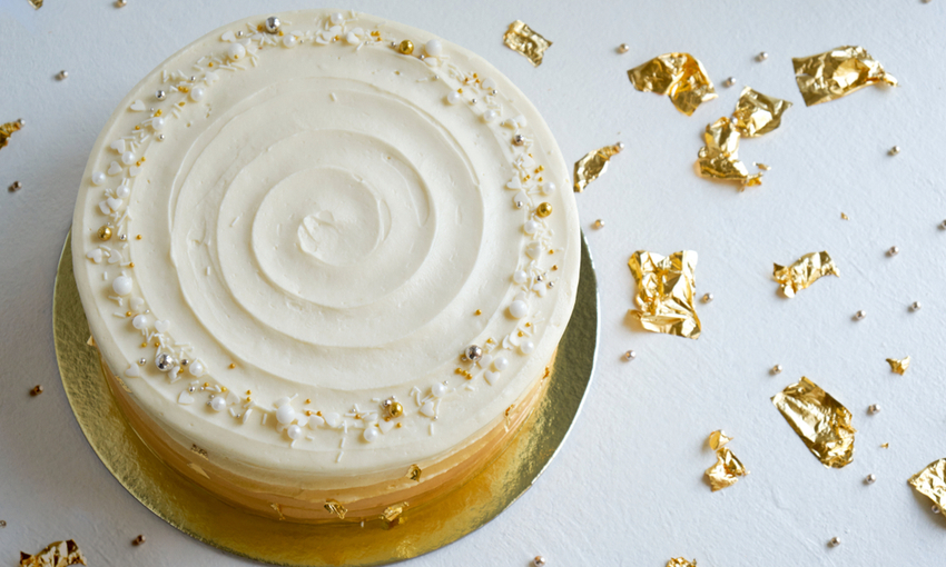 torta con decorazioni in foglia d'oro