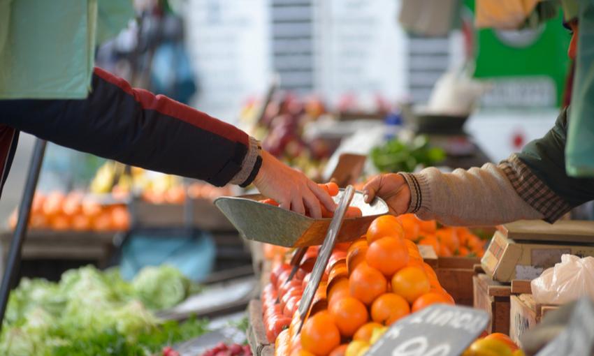 acquisto di agrumi al mercato