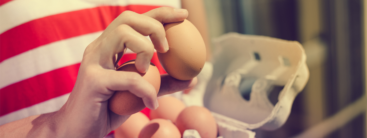 donna che tiene in mano delle uova