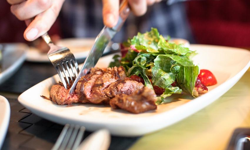 piatto di filetto e insalata