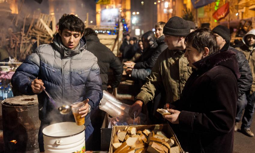 attivisti che danno da mangiare ai manifestanti