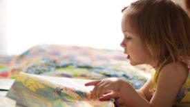 bambina che sfoglia un libro