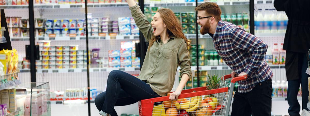coppia che fa la spesa al supermercato