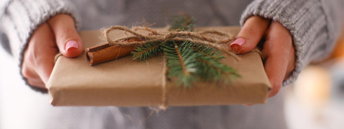 donna che tiene in mano un regalo di Natale