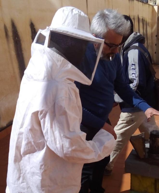 apicoltore che indossa la tuta protettiva