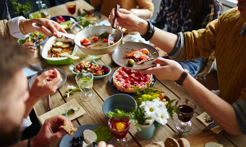 persone che mangiano insieme