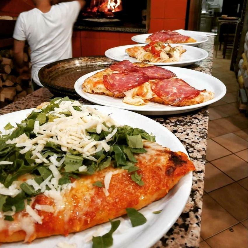 bancone con pizze da servire